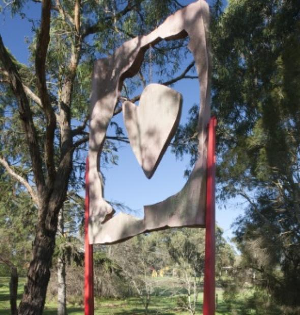 Les Kossatz, Sweeney's Keepsake 1987, painted steel, 110 x 450 x 200 cm, Heide Museum of Modern Art, Gift of the artist 1987, © Estate of Les Kossatz